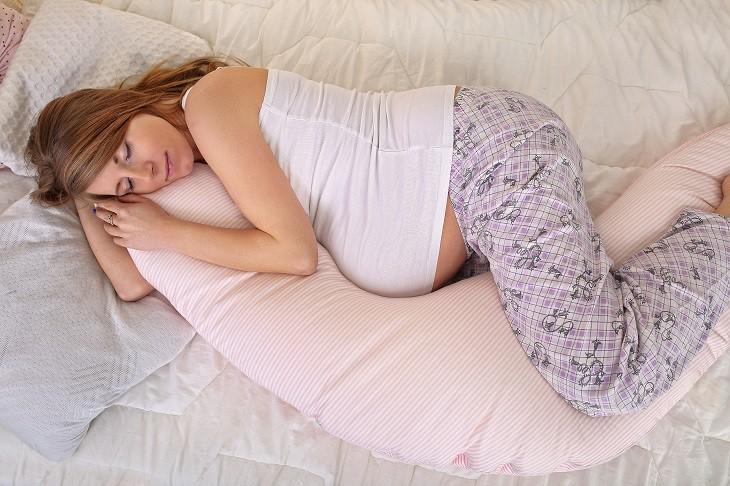 using-pregnancy-pillow-for-better-sleep 6 Ways To Sleep Better During Pregnancy